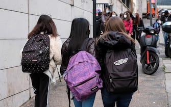 Tre studentesse della scuola media si dirigono all'entrata