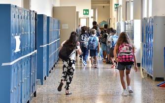 studenti con gli zaini nei corridoi di una scuola