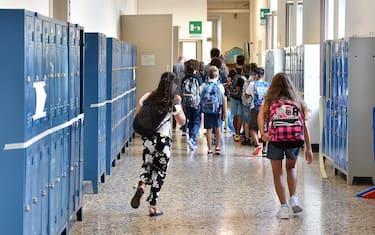 Alcuni studenti nei corridoi di una scuola