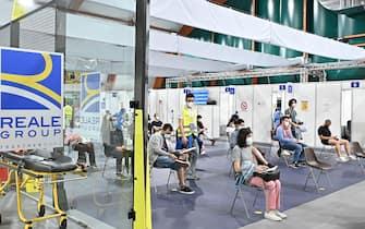 Apertura Reale Hub Open Night per le vaccinazioni anti covid dei ragazzi dai 18 ai 28 anni, Torino, 5 giugno 2021 ANSA/ ALESSANDRIO DI MARCO