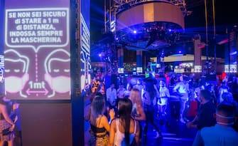 Una discoteca aperta nel rispetto delle misure anti Covid nell'agosto 2020 a Roma. ANSA/CLAUDIO PERI +++ FOTO DA USARE SOLO CON QUESTA NOTIZIA +++