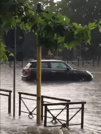 14min Se si continua a non tener puliti i tombini, rischiamo di dover farci prestare il Mose da Venezia. #alluvione #roma