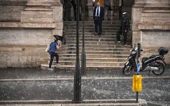 Pioggia in piazza della Repubblica a Roma durante l'ondata di maltempo che ha colpito la capitale, 08 giugno 2021. ANSA/RICCARDO ANTIMIANI