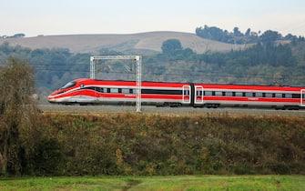 Convoglio di Trenitalia -Gruppo FS Italiane- in corsa sui binari