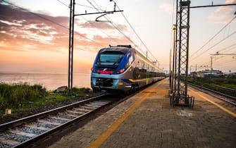 Treno di Trenitalia in viaggio sul litorale italiani