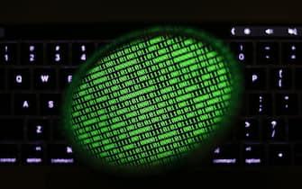 Schermo di un pc mostra il codice binario