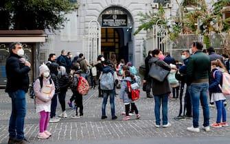 Alunni all'ingresso della scuola elementare 'Vanvitelli' a Napoli rientrati in aula dopo settimane di Didattica a distanza per il Covid-19, 7 aprile 2021.  ANSA/CIRO FUSCO