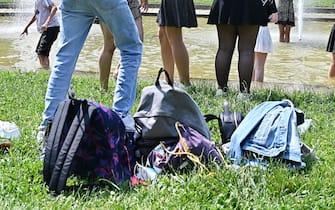 Gli studenti delle scuole torinesi festeggiano la fine dell'anno scolastico e l'inizio delle  vacanze estive facendo il bagno nelle fontane di piazza Cavour, Torino, 11 giugno 2021 ANSA/ ALESSANDRIO DI MARCO
