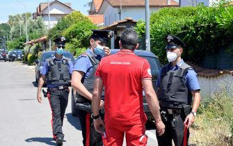 Carabinieri e personale sanitario sul luogo della sparatoria avvenuta oggi nel consorzio Colle Romito, che ha provocato la morte di due bambini e un anziano, Ardea, 13 giugno 2021.  ANSA/CLAUDIO PERI
