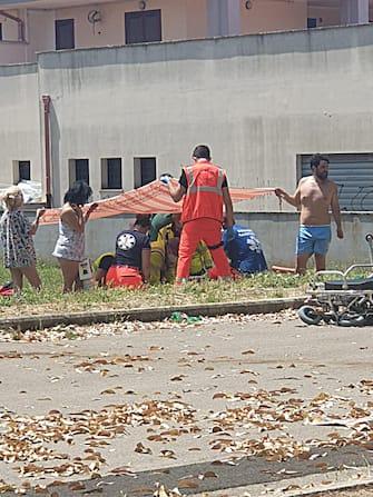 Nella foto per gentile concessione di Etruria News, i medici del servizio 118 tentano di rianimare i bambini coinvolti nella sparatoria, Ardea (Roma), 13 giugno 2021. ANSA/Etruria News