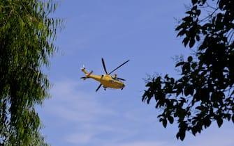 Un veivolo dell'elisoccorso si allontana dal luogo della sparatoria avvenuta oggi nel consorzio Colle Romito, che ha provocato la morte di due bambini e un anziano, Ardea, 13 giugno 2021.  ANSA/CLAUDIO PERI