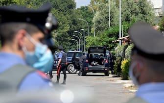 Un momento dell'operazione di intervento dell'Aliquota API dei Carabinieri presso la casa dove si  barricato luomo che ha sparato e ucciso due bambini e un signore anziano ad Ardea, 13 giugno 2021. ANSA/CLAUDIO PERI