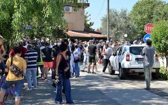 Stampa e curiosi presso la casa dove si  barricato luomo che ha sparato e ucciso due bambini e un signore anziano ad Ardea, 13 giugno 2021. ANSA/CLAUDIO PERI