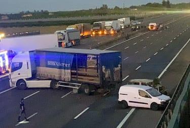 L'autostrada A1 nei pressi di Modena Sud bloccata per l'assalto a un portavalori,14 Giugno 2021. ANSA / ELISABETTA BARACCHI