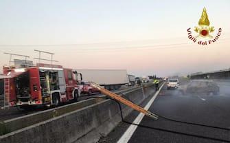 I Vigili del fuoco sul luogo dell'assalto al portavalori sul'autostrada A1 nei pressi di Modena Sud, 14 giugno 2021. ANSA/ VIGILI DEL FUOCO +++ ANSA PROVIDES ACCESS TO THIS HANDOUT PHOTO TO BE USED SOLELY TO ILLUSTRATE NEWS REPORTING OR COMMENTARY ON THE FACTS OR EVENTS DEPICTED IN THIS IMAGE; NO ARCHIVING; NO LICENSING +++