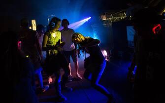 epa05045745 Revelers dance during a silent disco event at the Clockenflap Music and Arts Festival in Hong Kong, China, 28 November 2015. Clockenflap runs through 29 November.  EPA/JEROME FAVRE