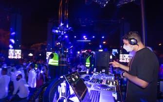 Giovani ballano in discoteca nel rispetto delle misure anti covid in una foto d'archivio dell'agosto 202o. ANSA/CLAUDIO PERI