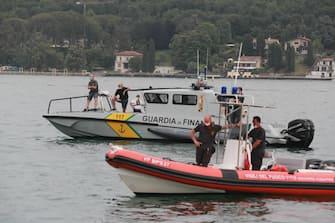 Le operazioni di recupero nelle acque del Lago di Garda del corpo senza vita della ragazza di 25 anni che era a bordo della imbarcazione travolta nella notte a Saló da un motoscafo, 20 giugno 2021. ANSA/ FELICE CALABRO'