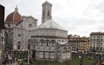 Firenze - Florens 2010 - Settimana internazionale dei Beni culturali e ambientali - Piazza Duomo ricoperta da manto erboso.