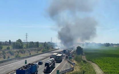 Piacenza, camion a fuoco sull'A1: due morti. Chiusa l'autostrada VIDEO