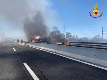 Piacenza, incidente su A1: autocisterna in fiamme e 2 morti. FOTO