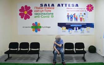 Pazienti vaccinati nel centro anti Covid allestito dalla farmacia Arciero a Napoli dove, oltre al Johnson,  sta per partire anche la somministrazione del siero Pfizer per gli over 60,    22  giugno  2021 ANSA / CIRO FUSCO