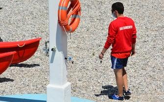Bagnino con mascherina al Bagno Pedocin a Trieste. Trieste, 1 Giugno 2020. ANSA/Mauro Zocchi