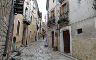 """11 November 2019, Italy, Campobasso: A small street in Campobasso, the capital of Molise. The depopulated region of Molise in southern Italy is attracting new citizens. Whoever comes gets three years of money from the state. But he has to move to a small village. (to dpa-Korr """"Who wants to go to Molise? Italian region gives newcomers cash"""") Photo: Klaus Blume/dpa"""