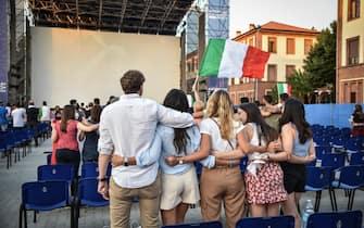 Tifosi davanti a un maxi-schermo a Milano in occasione di una partita dell'Italia a Euro 2020