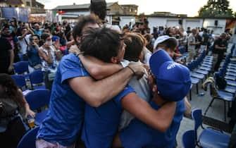 Tifosi azzurri esultano durante Belgio-Italia di Euro 2020, a Milano
