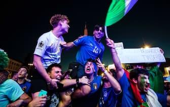 Tifosi azzurri esultano a piazza del Popolo, a Roma, durante Euro 2020