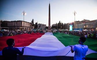 Tifosi srotolano il tricolore italiano a piazza del Popolo, a Roma, durante una partita degli Azzurri a Euro 2020