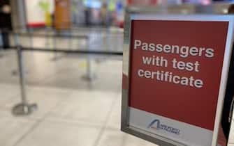 Un cartello che indica la fila dei passeggeri con un certificato test Covid all'aeroporto di Palermo