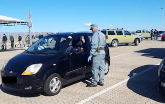 Controlli anti-Covid in un porto della Sardegna