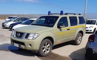 Un'auto del Corpo Forestale sardo in un porto durante un servizio per i controlli Anti-Covid