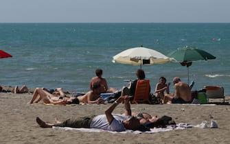 Bagnanti in spiaggia sul Lido di Castel Porziano e Ostia, 09 maggio 2021.   ANSA/EMANUELE VALERI
