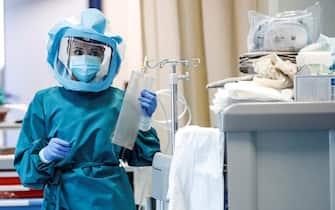 Un medico con la tuta di protezione