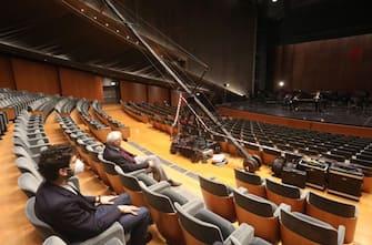 Anche il Teatro del Maggio di Firenze prende parte a 'Facciamo luce sul teatro', mobilitazione promossa da Unita: così stasera alle 20.15 il sovrintendente del Fondazione lirica fiorentina Alexander Pereira, con l'assessore alla cultura di Palazzo Vecchio Tommaso Sacchi, sarà davanti alle porte del foyer aperte, come se accogliessero il pubblico in teatro. ANSA/US COMUNE DI FIRENZE +++ NO SALES, EDITORIAL USE ONLY +++