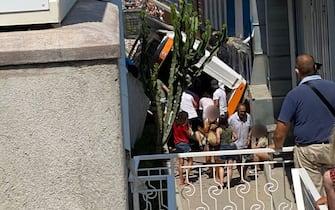 Un'immagine del bus precipitato a Capri con alcune persone intorno