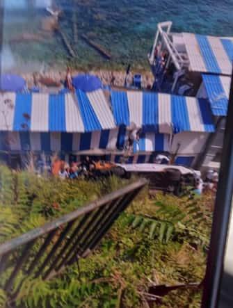 Un'immagine del bus precipitato a Capri vicino a uno stabilimento balneare