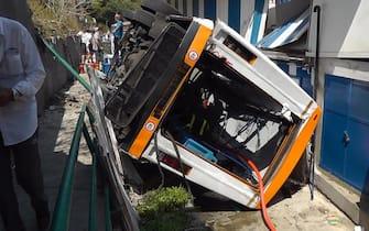 Il minibus dell'azienda Atc precipitato a Capri