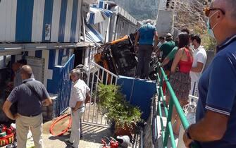 Gente davanti alla struttura sulla quale è precipitato il bus a Capri