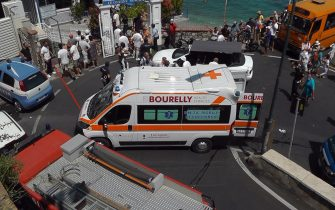 Ambulanza sul luogo in cui è precipitato un bus a Capri
