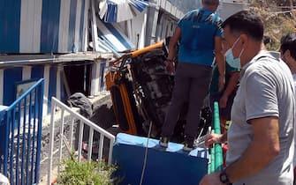 I soccorsi dopo l'incidente che ha coinvolto un minibus con a bordo una decina di persone uscito di strada a Capri, 22 luglio 2021