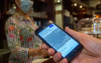 Milano, green pass per accedere ai bar (Milano - 2021-07-17, Massimo Alberico) p.s. la foto e' utilizzabile nel rispetto del contesto in cui e' stata scattata, e senza intento diffamatorio del decoro delle persone rappresentate