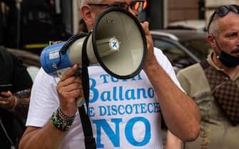 Gestore protesta alla manifestazione per la riapertura delle discoteche in Piazza San Silvestro, a Roma, l'8 luglio 2021
