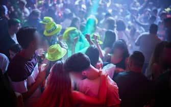 Giovani ballano in una discoteca al chiuso