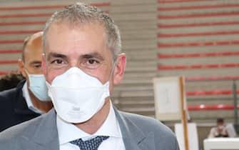 Il sottosegretario alla Salute Andrea Costa con una mascherina anti-Covid in un hub vaccinale