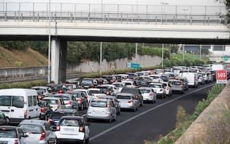 Traffico di rientro sul Grande Raccordo Anulare dovuto anche a un grosso incendio divampato in zona Casal Lumbroso e Aurelia, 29 agosto 2020. ANSA/CLAUDIO PERI