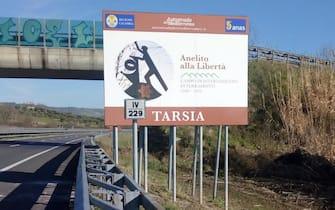 """Cartelli fotografici turistici sono stati installati in prossimità dello svincolo di Tarsia dell'autostrada A2 """"del Mediterraneo"""", sia in direzione nord che sud, in occasione del Giorno della Memoria. I cartelli, collocati da oggi in modo permanente, recano l'indicazione del campo di internamento di Ferramonti. L'icona fotografica prescelta riproduce la statua situata all'interno del parco museale e intitolata """"Anelito alla Libertà"""". ANSA"""